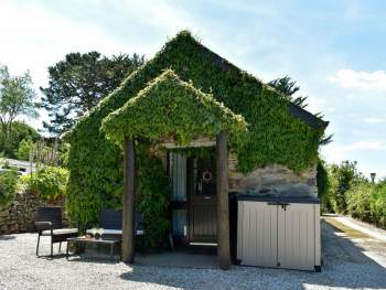 PRETTY IVY-CLAD HOLIDAY COTTAGE