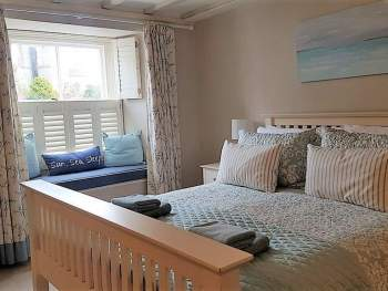 CHARMING KINGSIZE BEDROOM