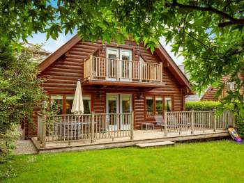 ATTRACTIVE LOG CABIN STYLE HOLIDAY ACCOMMODATION