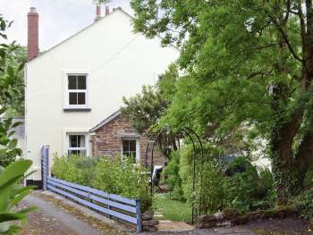 ATTRACTIVE COTTAGE WITH ENCLOSED GARDEN