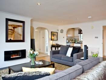 LOVELY AND SPACIOUS OPEN PLAN LIVING