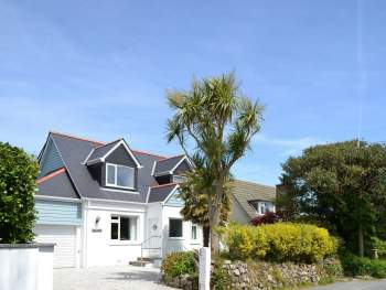 WONDERFUL CORNISH HOLIDAY HOME ON A QUIET LANE CLOSE TO THE SEA