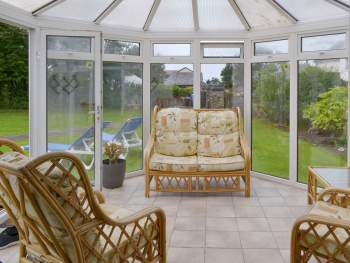 LIGHT AND AIRY CONSERVATORY WITH GARDEN ACCESS