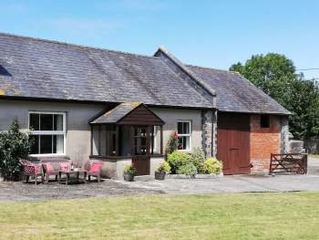 ATTRACTIVE SINGLE-STOREY HOLIDAY HOME IN RURAL LOCATION