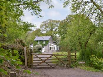 LOVELY STONE-BUILT HOUSE SET IN SECLUDED WOODLAND NEAR THE RIVER LYNHER