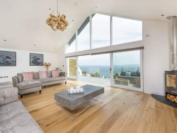 LUXURIOUS OPEN PLAN LIVING SPACE WITH STUNNING VIEWS