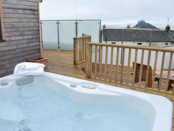 DELIGHTFUL AND CONTEMPORARY DETACHED STUDIO WITH HOT TUB