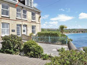 SEA FRONT LOCATION, CHARMING TERRACED HOLIDAY COTTAGE