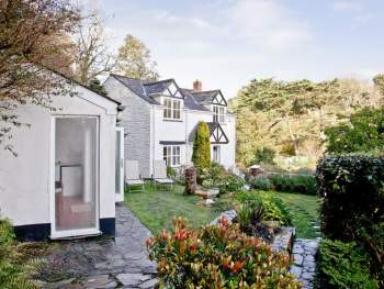 DELIGHTFUL DETACHED HOLIDAY COTTAGE AND SUMMERHOUSE