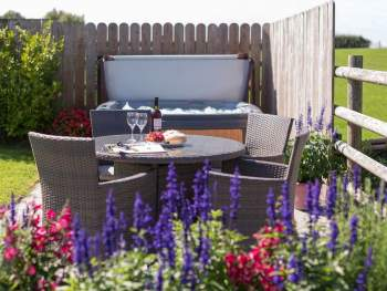 RELAX IN THE LOVELY COLOURFUL GARDEN AND HOT TUB